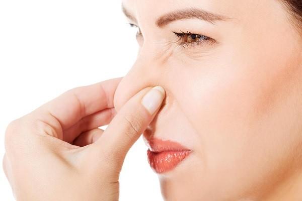Почему выделения пахнут луком у женщины 23