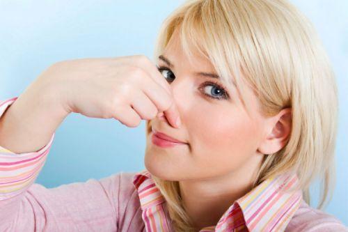 безопасные причины запаха мочи