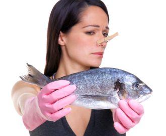 Почему моча у женщин может пахнуть рыбой?